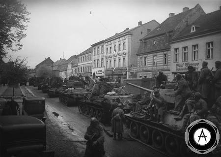 май 1945 танки с пехотой в пригородах Берлина