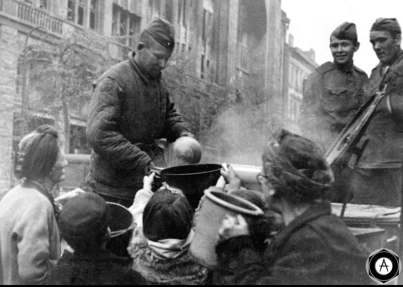 Бойцы раздают пищу жителям Берлина Апрель 1945