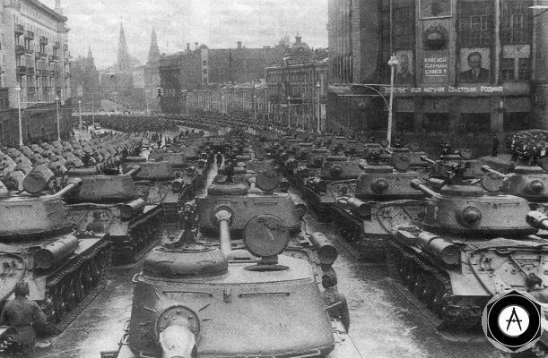 Движение войск в день Парада Победы, 24 июня 1945, танки ИС-2