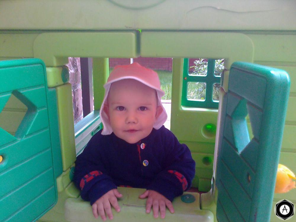 Тимошка в окошке 1 год 2 месяца