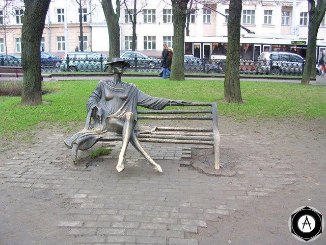 Минск Дама на скамейке