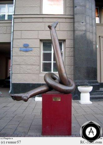 Москва Ноги на постаменте