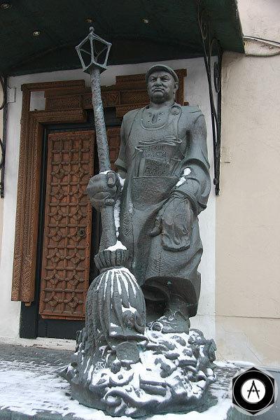 Москва Памятник Лужкову-дворнику