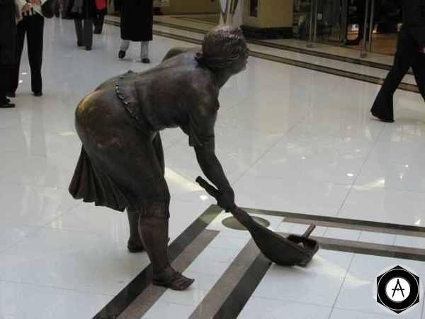 Москва Уборщица из торгового центра на Никольской