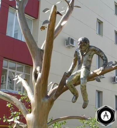 Якутск Памятник человеку, который пилит сук, на котором сидит