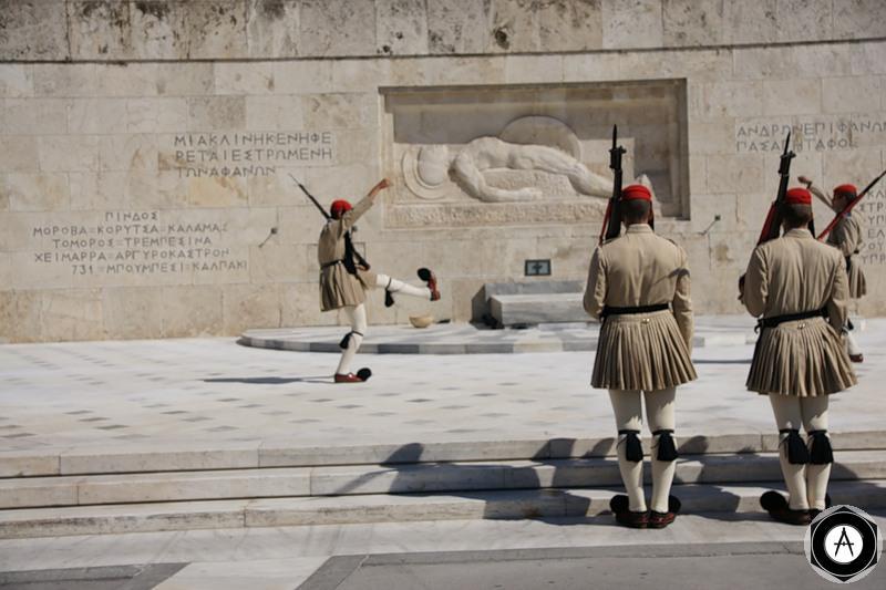 греческий почётный караул у памятника неизвестному солдату