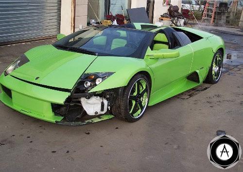 Lamborghini Murcielago Roadster повредил парковщик, на большой скорости врезавшись в бордюр