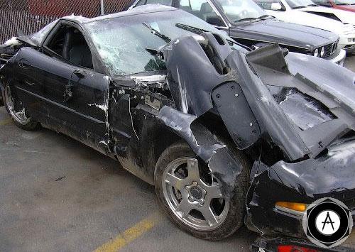 Водитель этого Corvette C6 врезался в столб