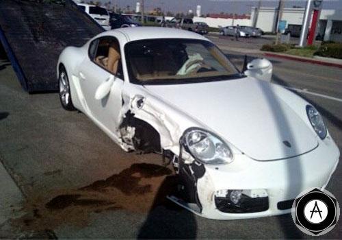 Этот клиентский Porsche Cayman S разбит работником автосалона