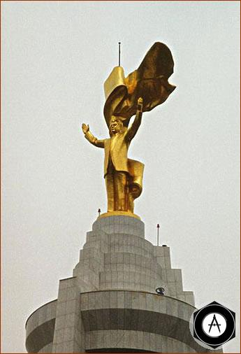 Памятник, установленный в центре Ашхабада