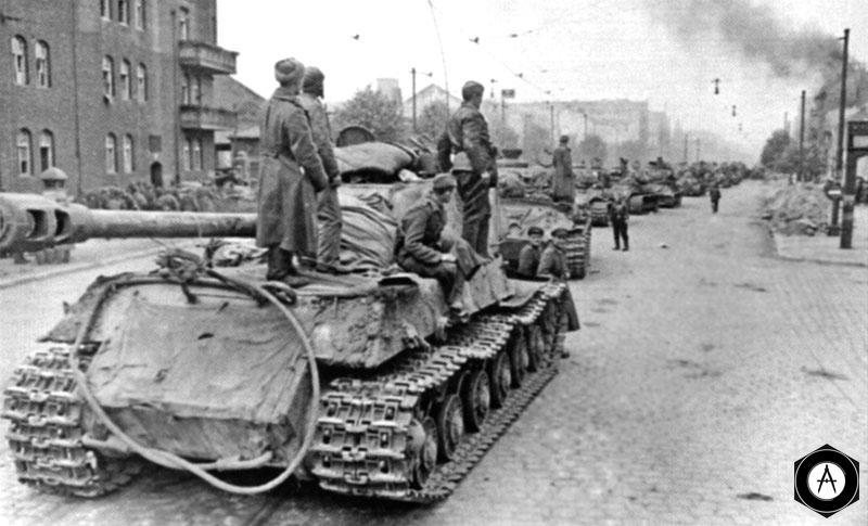 Колонна тяжелых танков ИС-2 на берлинской улице