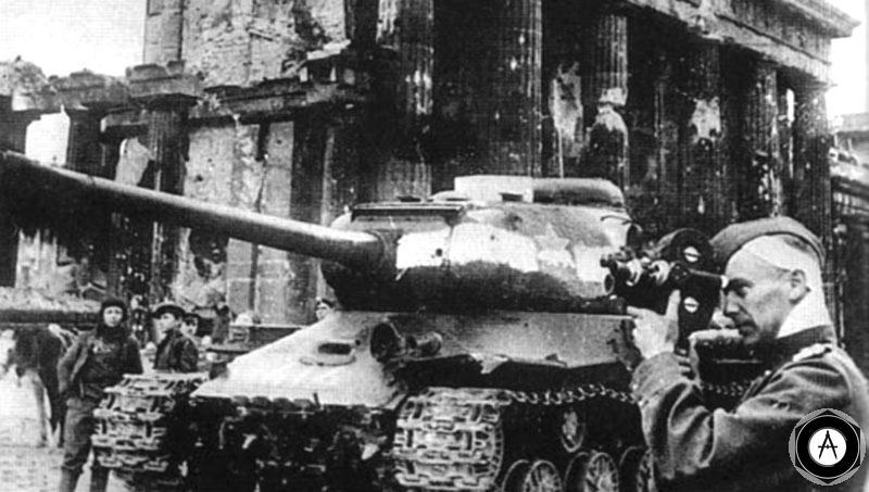 Танк ИС-2 у Бранденбургских ворот