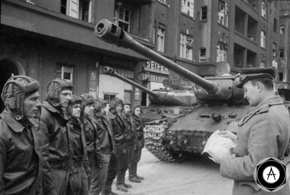 Экипажам танков ИС-2 читают политинформацию