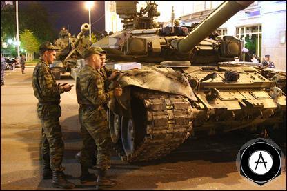 Танк Т-90 с помятым крылом