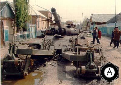Подбитый в Самашках танк Т-72 с катковым тралом