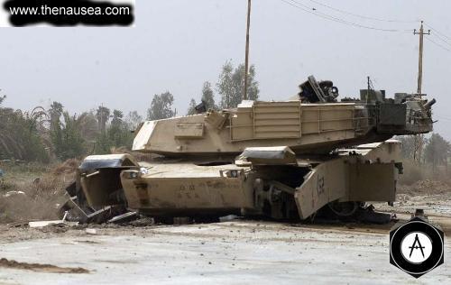 Танк М1А1, подорван на фугасе возле Багдадского аэропорта