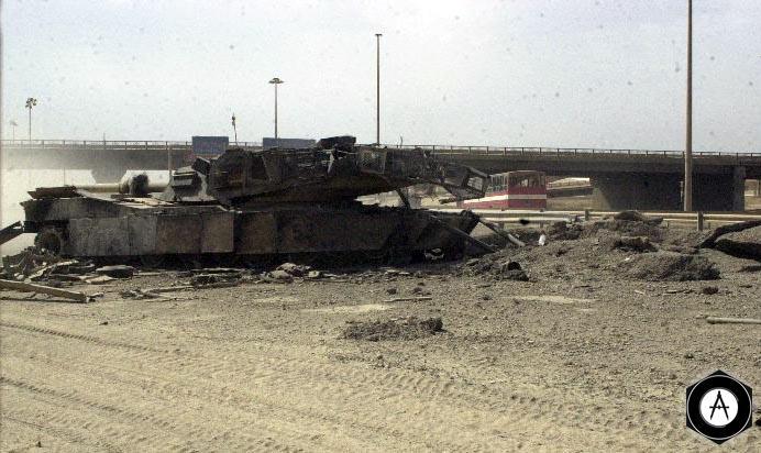 Танк М1А1, подбитый и сгоревший на подступах к Багдаду