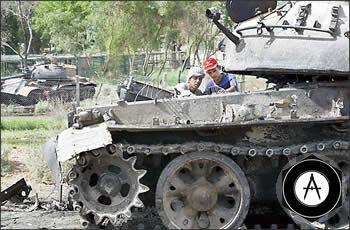 танки Т-59 рядом с одной из багдадских школ (2003)