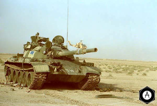 Брошенный экипажем иракским танком Т-62 советского производства