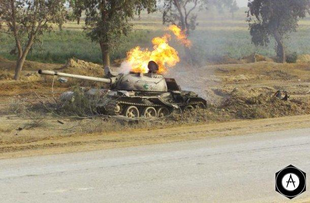 Горящий иракский танк Т-55 в пригородах Кербелы