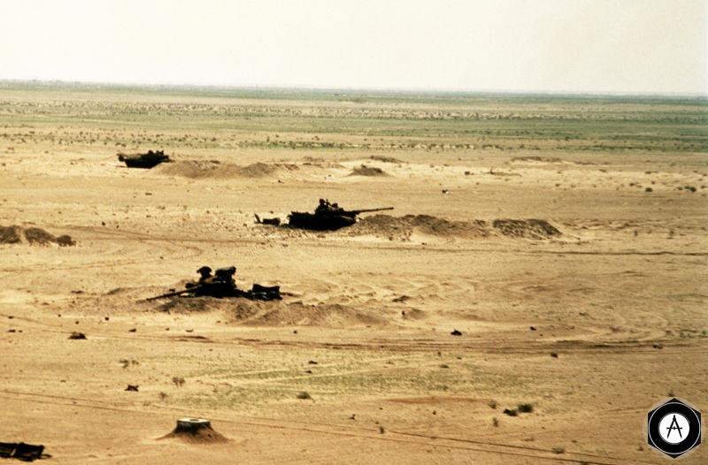 Подбитые иракские танки в пустыне