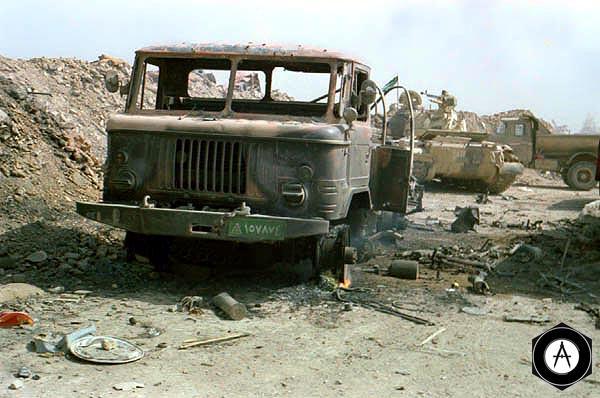 Уничтоженные иракские автомобили (ГаЗ-66 и ЗиЛ) и танк